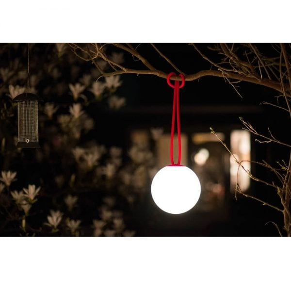 Bolleke lampe fra Fatboy i farge rød miljøbilde utendørs i tre