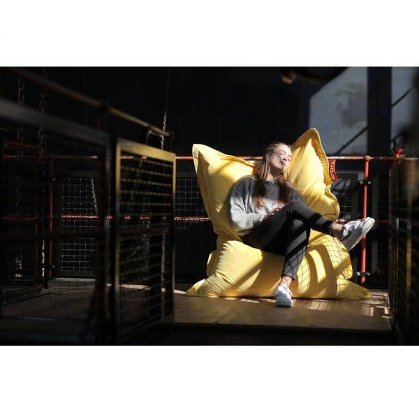 Fatboy Original Slim Velvet saccosekk i farge maize yellow ekstra myk fløyel miljøbilde